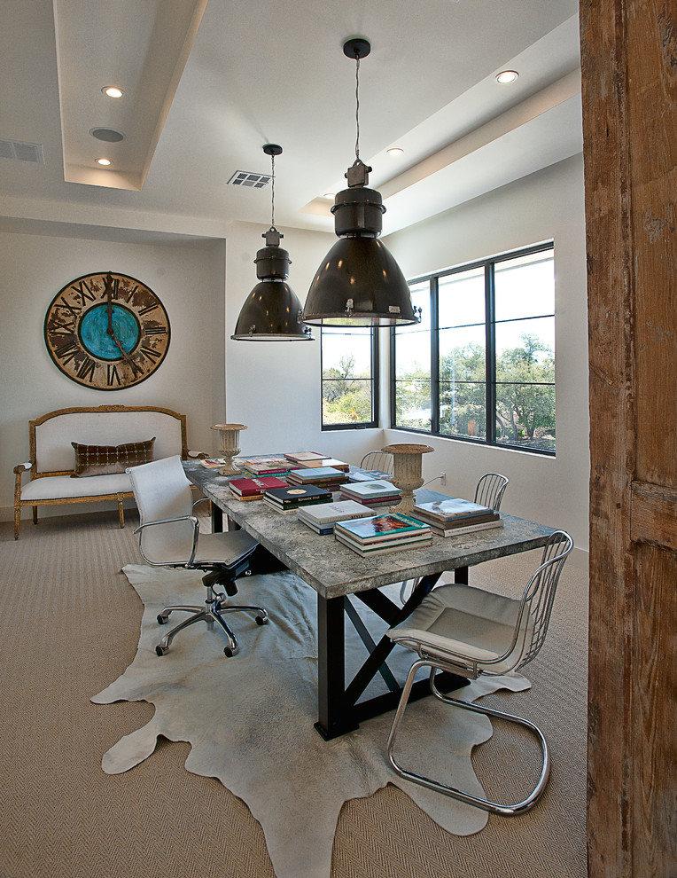 Пара подвесных светильников в индустриальном стиле и большие настенные часы будут играть с пропорциями в просторном офисе. Грациозная скамья с мягкой обивкой и каменные урны выступят в роли классических элементов интерьера.