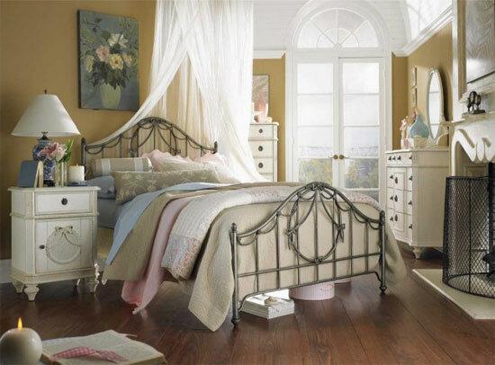 Спальня в стиле шебби шик объединяет в себе вкусы двух минувших эпох. А именно: деревенский английский манер и элементы винтажа.