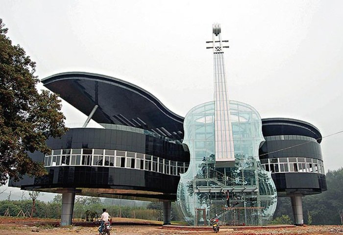 Дом-рояль со скрипкой в Китае.