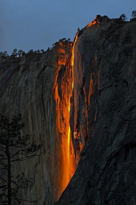 """В Йосемитском национальном парке в Калифорнии есть впечатляющая природная достопримечательность, именуемая """"Лошадиным хвостом"""" (Horsetail Fall). За та..."""