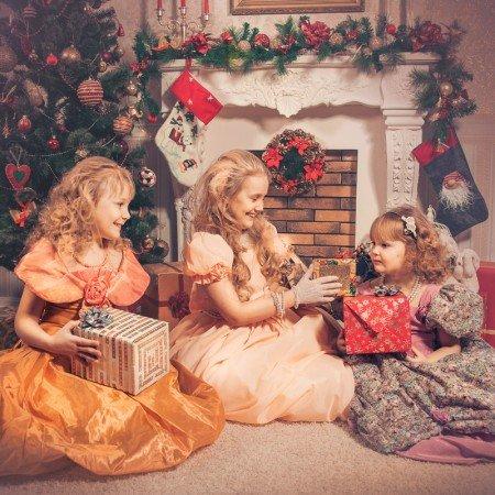 Новогодние декорации в интерьерной фотостудии для  детских фотосессий, семейных фотосессий,фотосъемок в ожидании  в Днепропетровске