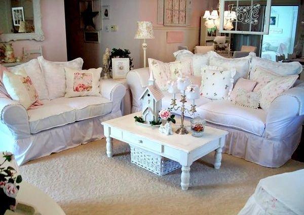 Белый диван и деревянный столик в стиле шебби шик