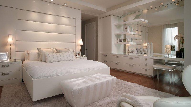 сли нет желания или возможности привносить в дизайн интерьера спальни дополнительную мебель , используйте визуальное зонирование с помощью разноокрашенных стен