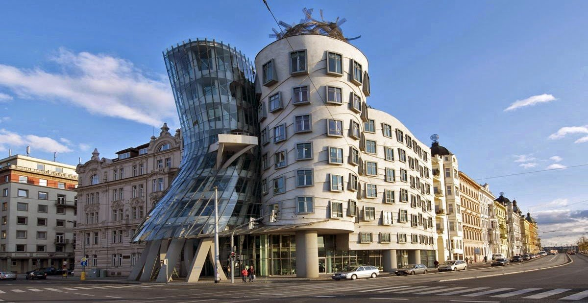 het postmodernisme: bouwkunst Frank Gehry - kantoorgebouw in Praag, geïnspireerd door het danspaar Ginger en Rogers