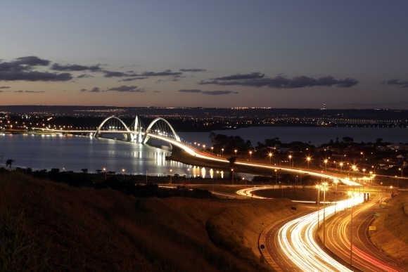 Мост Жуселину Кубичека, который также называют Президенским мостом JK или просто мостом JK, состоит из стали и бетона и пересекает озеро Параноа.