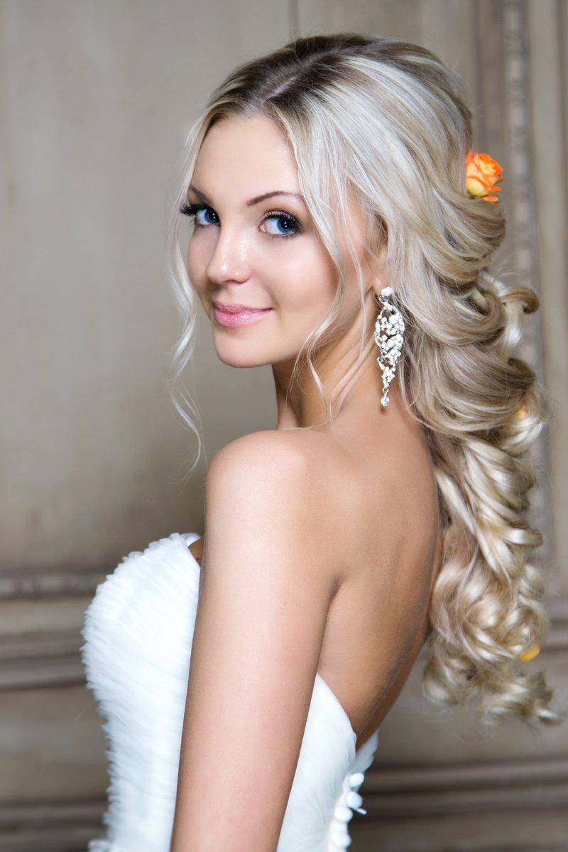 Красивый макияж и свадебная прическа создаст неповторимый образ любой невесте.