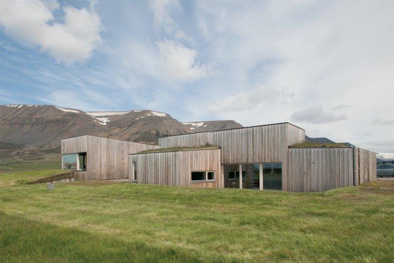 Выставка «Исландия и архитектура?» в Берлине, в здании Felleshus поднимает вопрос о том, «есть ли вообще архитектура в Исландии». Путь до строительства современных домов был долгим. Т.к. дерева в Исландии нет, его везли из Норвегии.