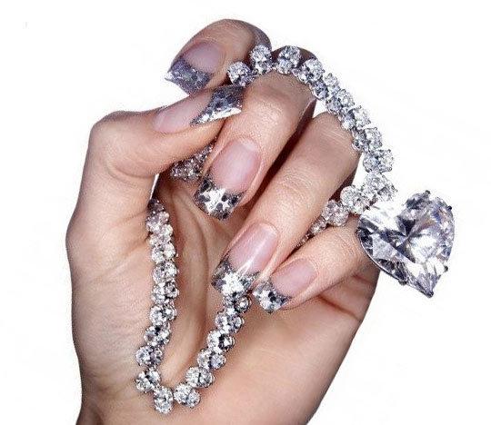 Миллениум стильный— на кончик ногтя наносятся блёстки ли другие мерцающие элементы.