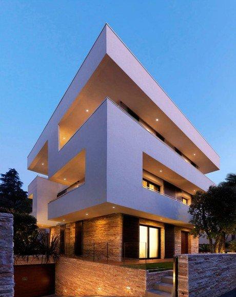 Типичный городской дом второй половины прошлого века был реконструирован с учётом современных архитектурных тенденций и особым вниманием к эффективности использования энергии.