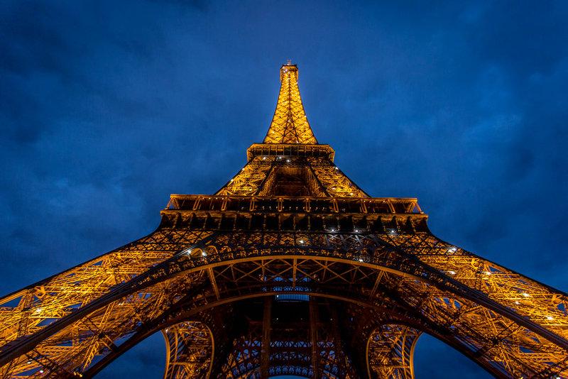 Эйфелева башня — самый популярный туристический объект Франции.