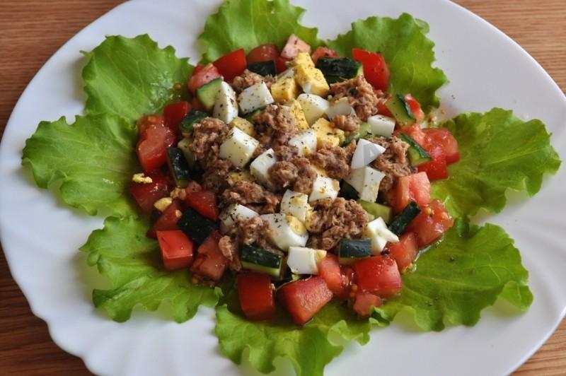 Салат с тунцом,свежим огурцом и яйцом с зеленым салатом
