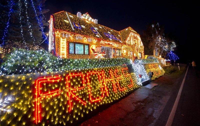 """В преддверии Рождества улицы и дома загораются разноцветными огнями,   елки """"вырастают"""" на главных площадях городов, а люди спешат за   подарками.     В преддверии Рождества улиц"""
