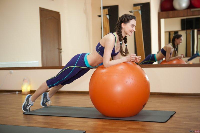 . Кроме того, тренировки сжигают калории, что постоянно приближает фигуру к желаемому виду.