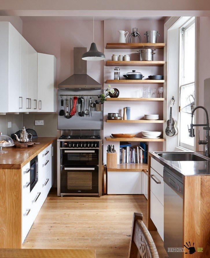 В зависимости от того, сколько бытовых приборов вам необходимо встроить в кухонный гарнитур, нужно ли размещать обеденную зону или место для завтраков в кухне  и насколько вместительными должны быть системы хранения, будет зависеть компоновка мебели в вашей кухне. Также на расположение кухонного гарнитура влияет форма помещения – узкая и длинная кухня, прямоугольная или квадратная, проходное помещение или расположенное на мансарде – значение имеют все аспекты.