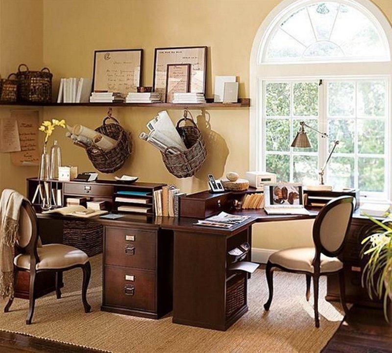 В случае, если кабинет будет рабочим местом для нескольких человек, хорошей идеей станет стол с большой столешницей, к которому будет удобно подходить с разных сторон