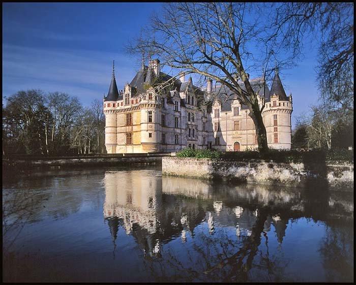 Франция влечет туристов своим неотразимым шармом и культурой разных исторических эпох. Достопримечательности Франции: Фонтенбло и Версаль, Лувр и замки Луары, Собор Нотр-Дам и Гранд Опера - завораживают гостей страны. Эйфелева башня это наверно одно из самых знаменитых и известных мест не только Парижа но и всей Франции.