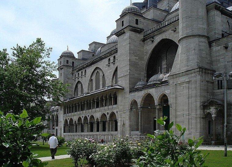 Архитектурный комплекс Сулеймание, один из крупнейших во всем Стамбуле. Камни, колонны и прочие стройматериалы для его строительства были привезены из различных областей турецкой империи.