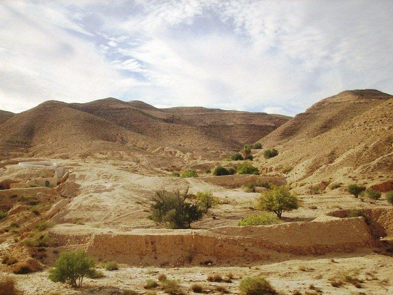 Сахара - это не только песок, но и скалистые образования.