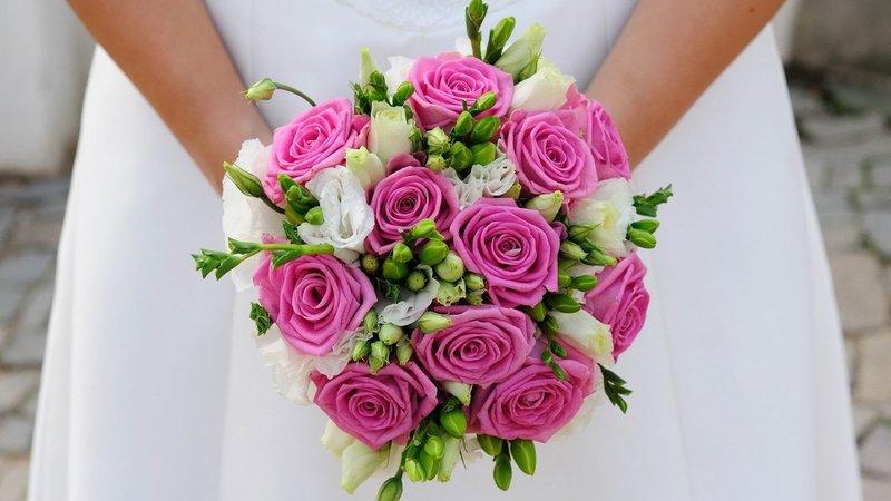 Сейчас получили широкое распространение салоны цветов с услугами флористов, что, несомненно, красиво и эксклюзивно, но дорого. Создать букет невесты своими руками будет менее затратно