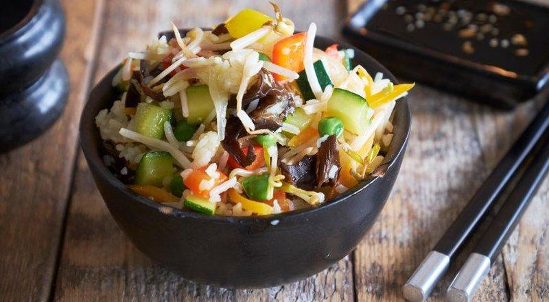 Рис с проростками и овощами.