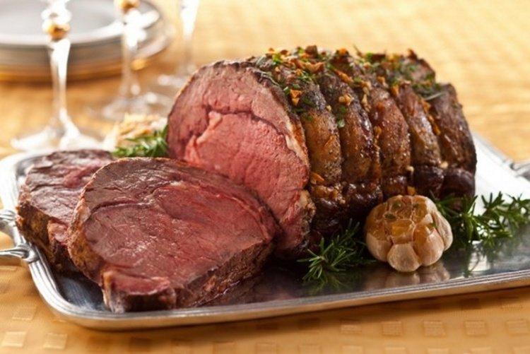 Праздничное мясо по этому рецепту получается изумительно вкусным! Попробуйте приготовить праздничное мясо на горячее по этому рецепту - всем понравится такое блюдо!