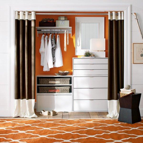 Красивая современная спальная комната с удобной вместительно.