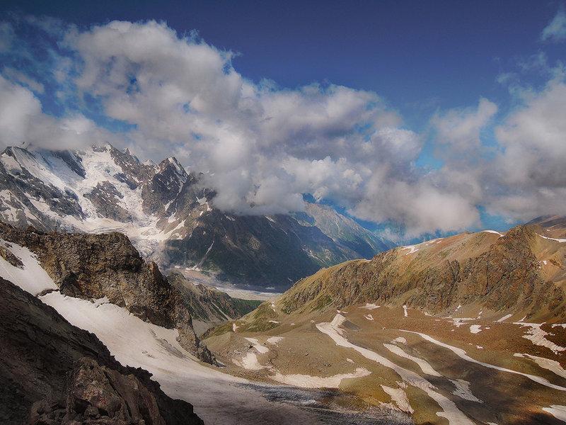 Величественные облака в горах