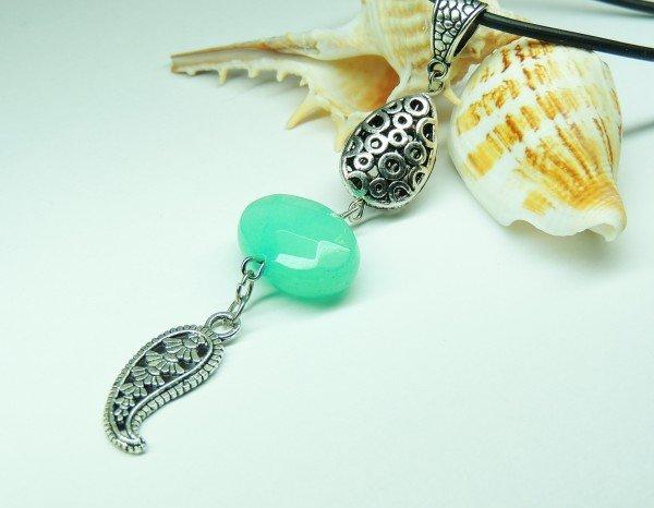 Брошь на морскую тематику с камнем насыщенного мятного цвета.