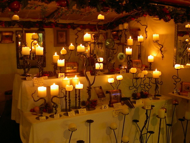 Фотография: Декор в стиле Кантри, Декор интерьера, Декор дома, свечи и подсвечники в интерьере, как украсить подсвечник, где использовать свечи дома, праздничный декор свечами, свечи в спальне, свечи в ванной, декор кухни свечами, как подобрать свечи, как подобрать подсвечник – фото на InMyRoom.ru