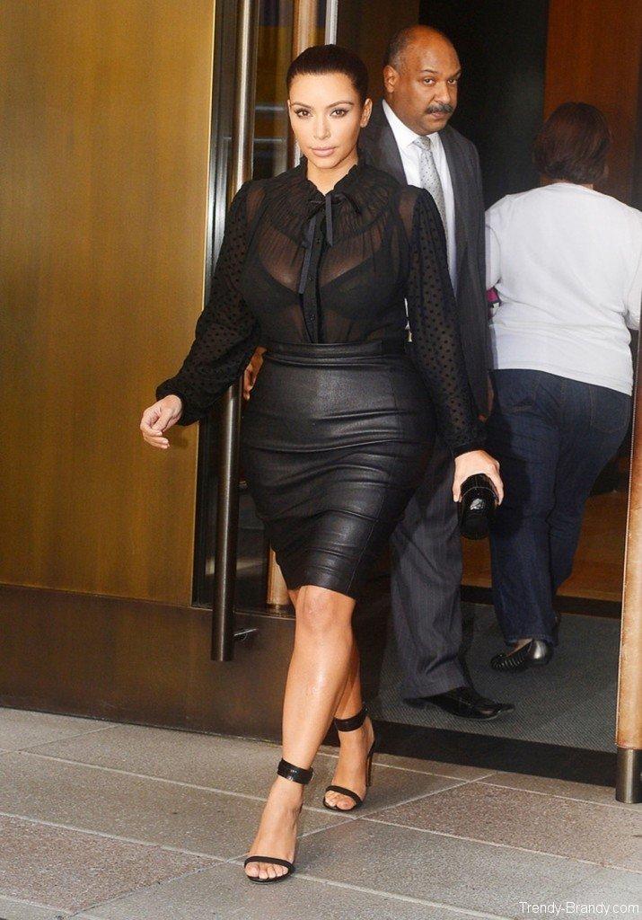 Ким Кардашьян в кожаной юбке.