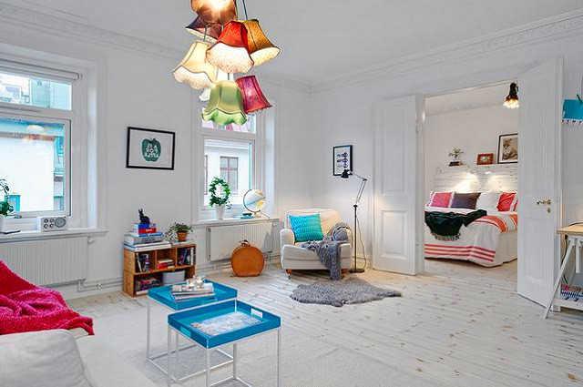 Скандинавская белая гостиная с яркими лампами