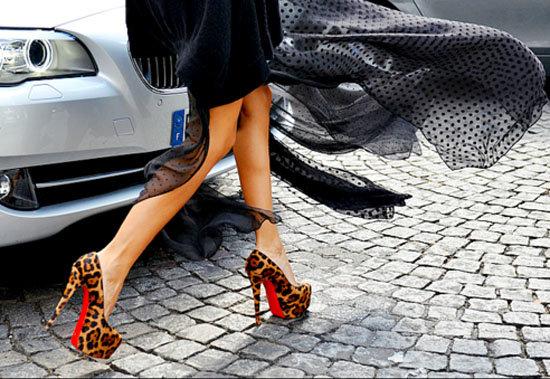 туфли с красной подошвой от Christian Louboutin с леопардовым принтом