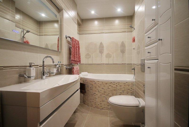 Небольшая ванная со встроенным шкафчиком.