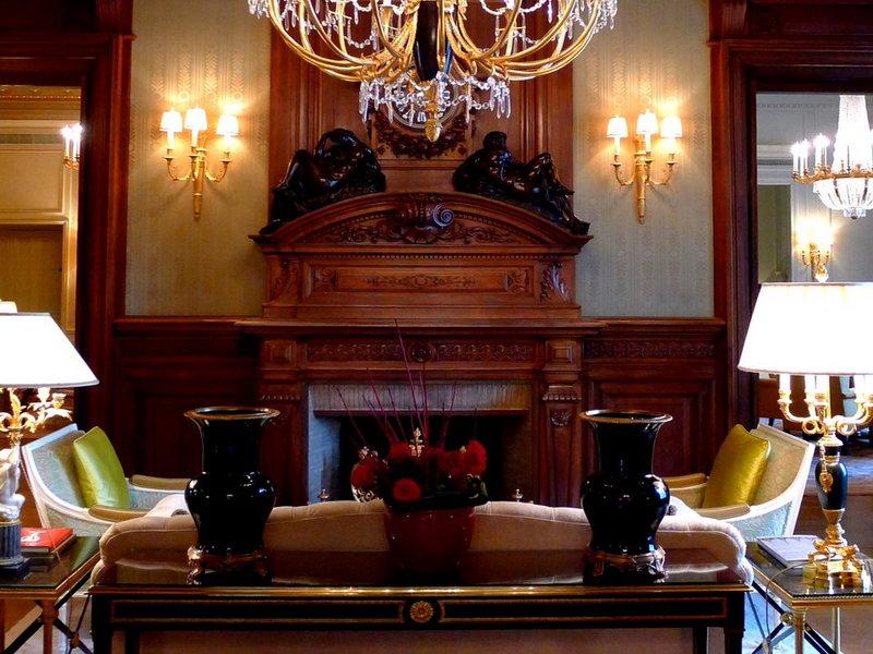 Тяжелые вазы на столике и лампы в виде подсвечников.