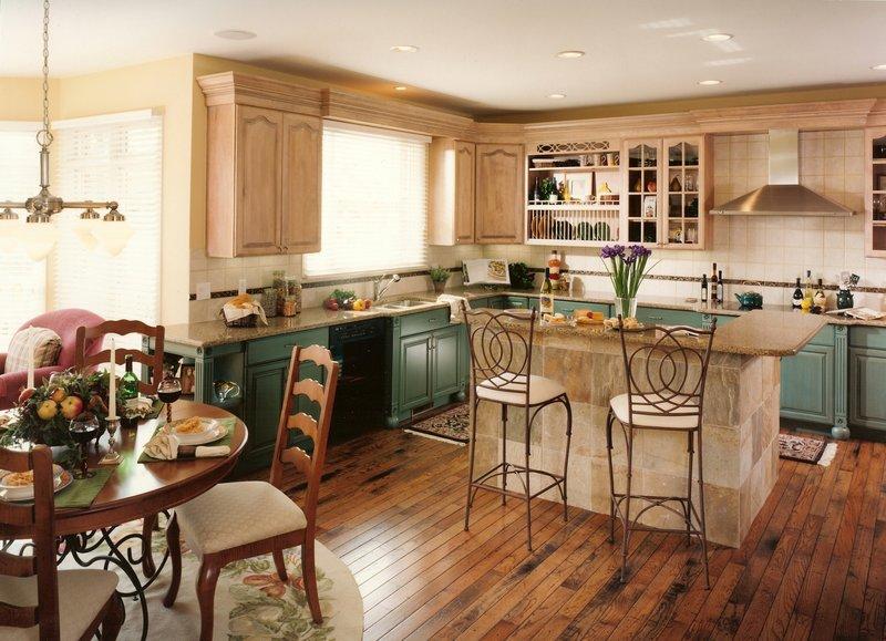 Кованые стулья на кухне кантри.