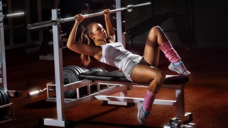 девушка на тренажере, шатенка с хвостиком, тренажер, гантели, зал, тренировка, гриф, штанга 2560x1440