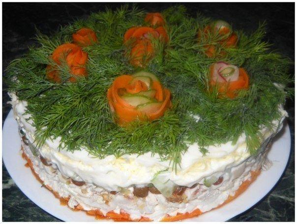 Слоёный салат с курицей, изюмом и грецкими орехами