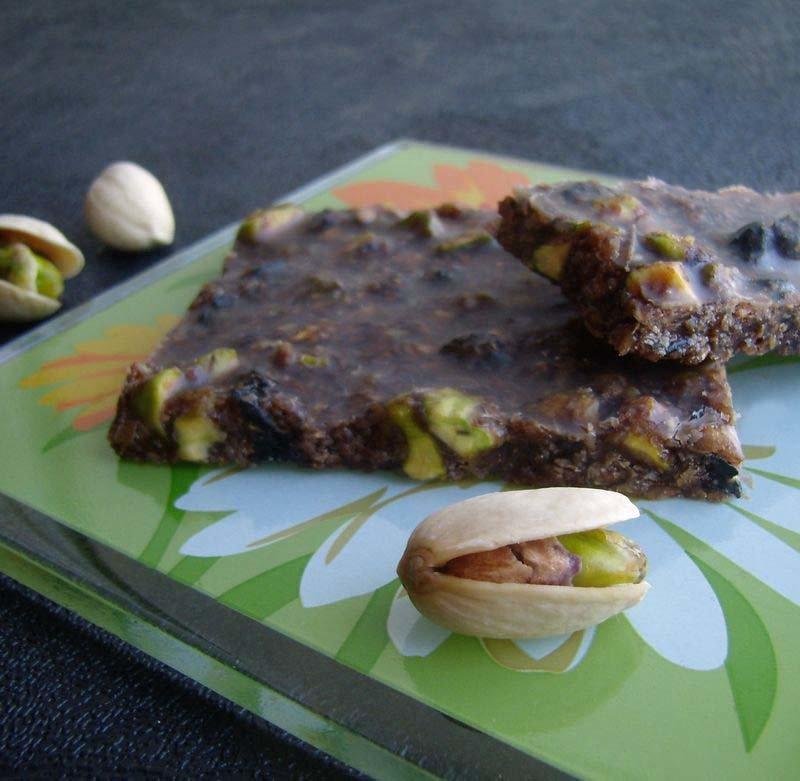 Несмотря на то, что традиционный, темный сыроедческий шоколад делается достаточно просто, приготовление белого сопряжено с определенными трудностями.