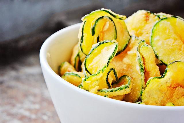 К чипсам из овощей можно приготовить соус из сметаны и укропа