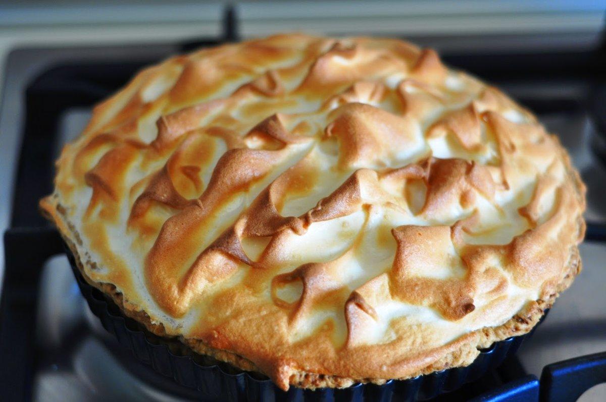 Знаменитый тарт с лимонным курдом и белоснежной меренгой. Torta lemon curd con copertura di meringa.