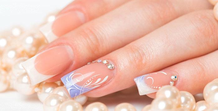 Гармоничное сочетание страз на ногтевой пластине