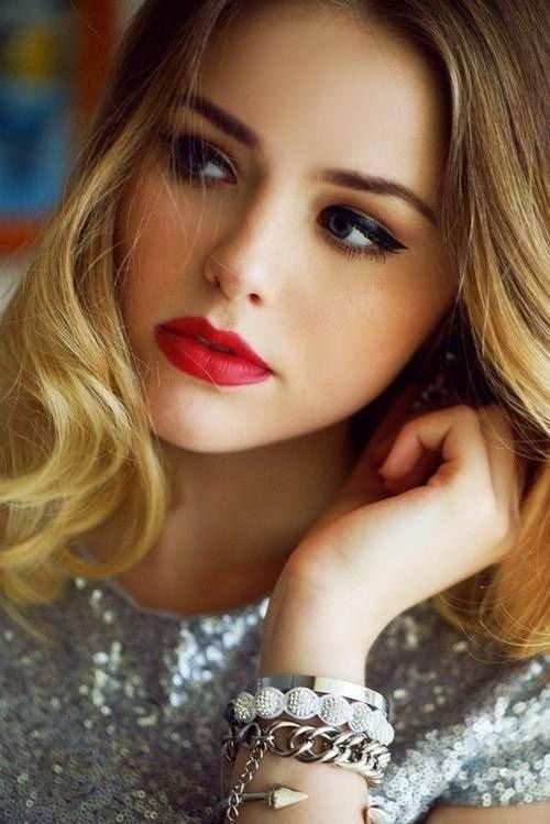 Сейчас все большую популярность завоевывает макияж со стрелками и красными губами
