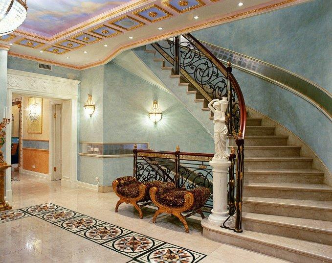 Архитекторы Юрий Бурханов и Игорь Курицын создали неповторимый облик дома в стилистике ампир, привлекая в декор элементы различных исторических стилей и эпох.