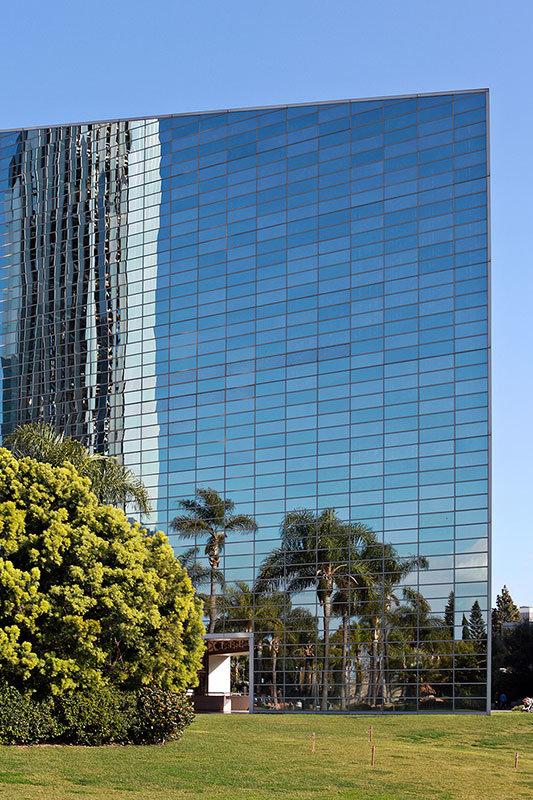 Несмотря на то, что стекло из которого сделано здание прозрачное, снаружи оно выглядит скорее как гигантское зеркало.