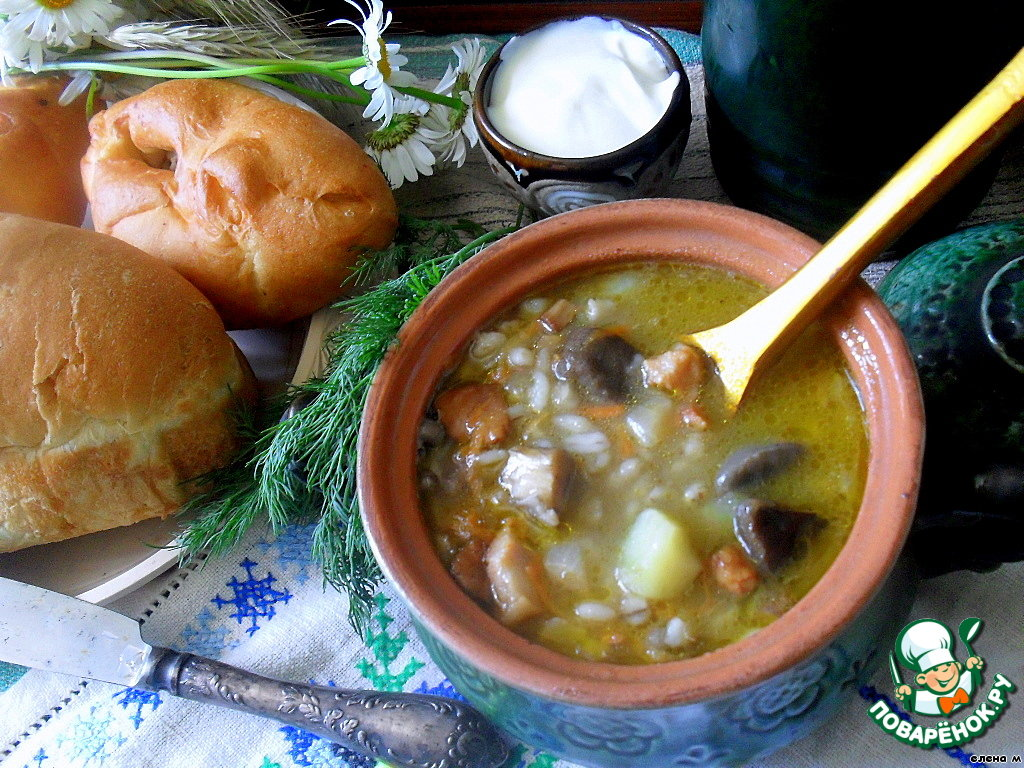Грибной суп с перловкой и шкварками