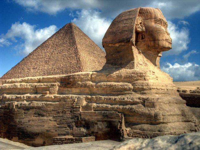 Большой Сфинкс в Гизе. Голову льва, лежащего на песке, по мнению ученых, лепили с фараона Хефрена - и хотя науке до сих пор не известно время сооружения данной скульптуры