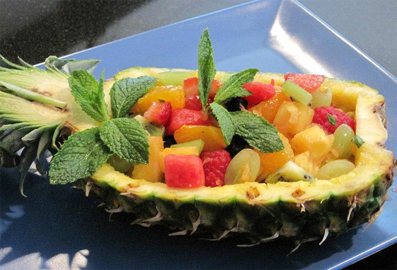 Фруктовый салат в ананасе это не просто невероятно, вкусно но и очень необычно. Режем ананас и начинаем готовить...