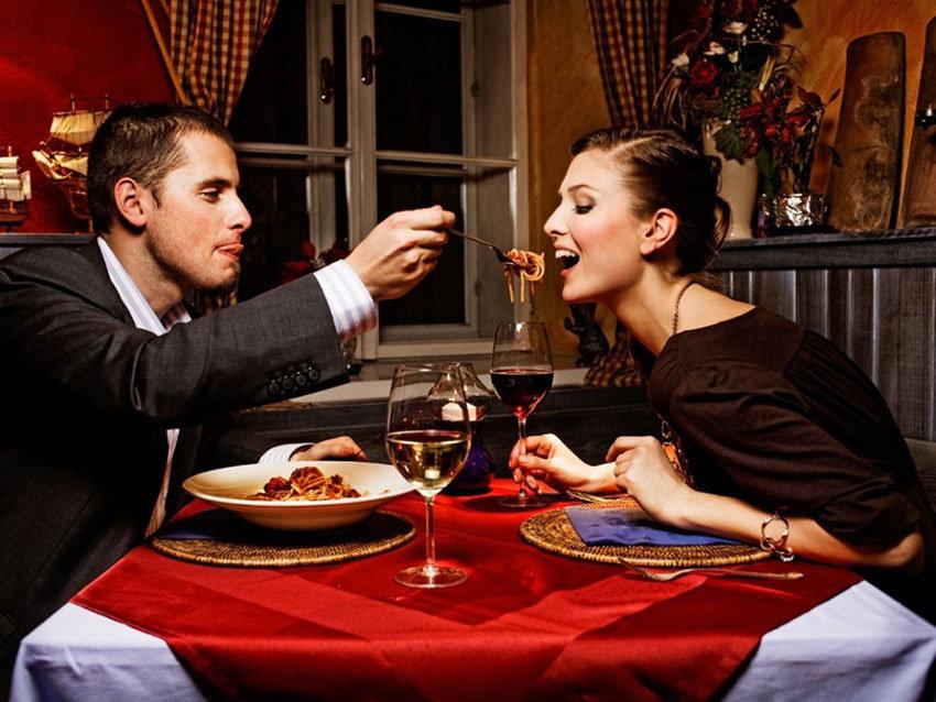 Романтический ужин секс с парнем, между ног без трусов фото девушек нью