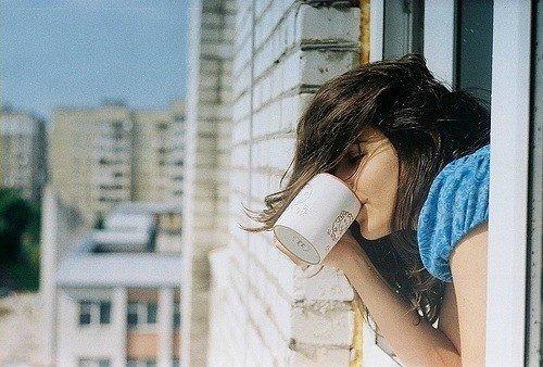 с кофе на балконе