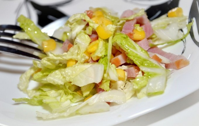 салат с ветчиной капустой и кукурузой и